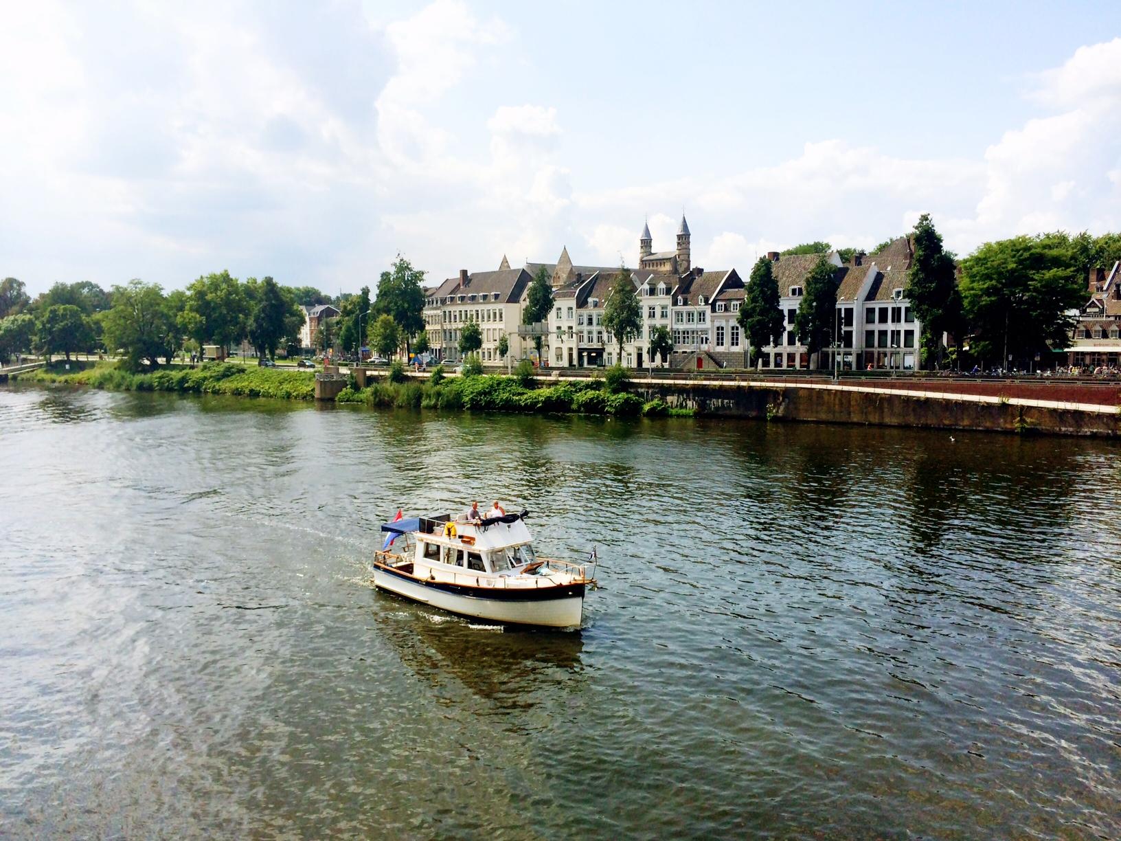 Sloepje varen over de Maas